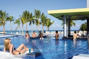 Rui-Palace-Jamaica-lounging-at-pool